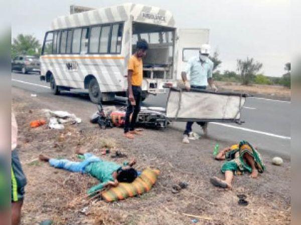 घायलों को हाईवे एंबुलेंस से अस्पताल ले जाया गया। - Dainik Bhaskar