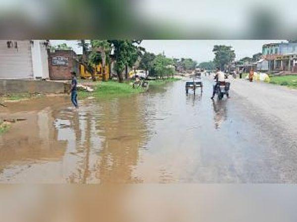 एनएच-106 पर समदा चौक पर जमा बारिश का पानी। - Dainik Bhaskar