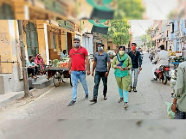 शहर में कोरोना गाइडलाइन की पालना कराने के लिए तहसीलदार व नगर परिषद कार्मियों ने पैदल मार्च किया। - Dainik Bhaskar