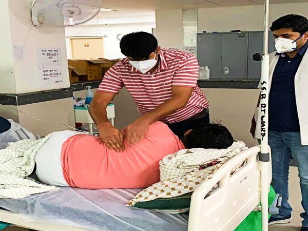 कोरोना संक्रमित मरीज का उपचार करते डॉक्टर। - Dainik Bhaskar