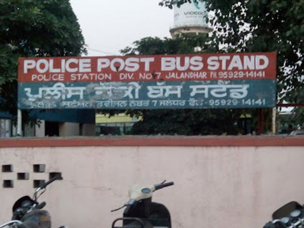 बस स्टैंड पुलिस चौकी में बयान दर्ज कर पुलिस कार्रवाई में जुट गई है। - Dainik Bhaskar