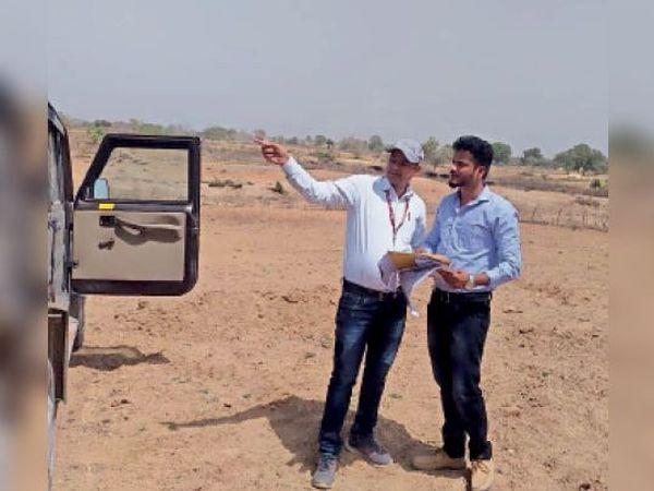हरपालपुर| जलावर्धन योजना के कार्य की प्रगति का मुआयना करते अधिकारी - Dainik Bhaskar