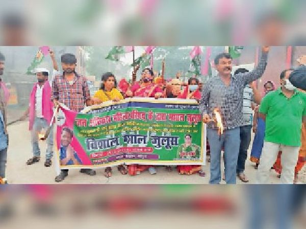 पूर्व सांसद पप्पू यादव के रिहाई की मांग को लेकर शहर में मशाल जुलूस निकालते जाप कार्यकर्ता। - Dainik Bhaskar