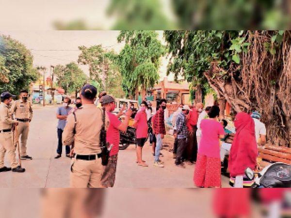 खाकचौक पर घूम रहे लोगों को कोविड टेस्ट करती स्वास्थ्य विभाग की टीम। - Dainik Bhaskar