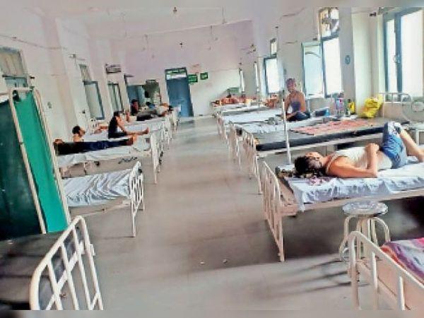 अस्पताल में इलाज करवा रहे ब्लैक फंगस से पीड़ित मरीज। - Dainik Bhaskar