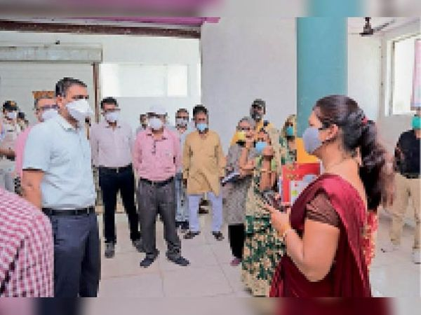 ग्राम पंचायतों के निरीक्षण दौरान जानकारी लेते कलेक्टर व अन्य अधिकारी। - Dainik Bhaskar