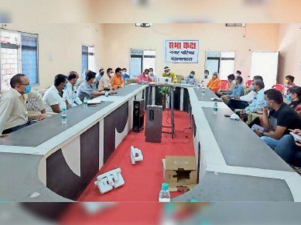 बड़ामलहरा आपदा प्रबंधन की बैठक में मौजूद अधिकारी। - Dainik Bhaskar