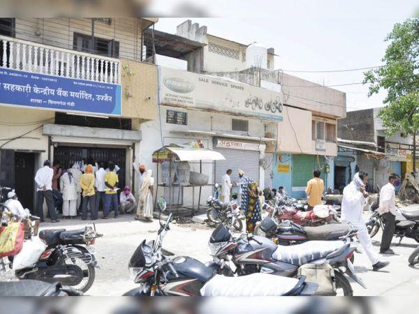 चिमनगंज मंडी बंद है लेकिन इसके परिसर में जिला सहकारी केंद्रीय बैंक के बाहर किसानों की कतार लगी है। - Dainik Bhaskar