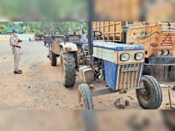 इन ट्रैक्टरों से किया जाता है रेत का सप्लाय। - Dainik Bhaskar