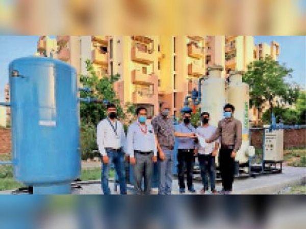 नाईट्राेजन को ऑक्सीजन प्लांट बना प्रशासन को सौंपते कंपनी के अधिकारी। - Dainik Bhaskar
