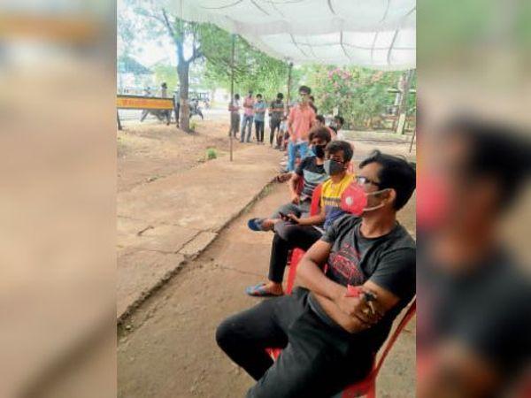 हरदा। टीका लगवाने के इंतजार में केंद्र के बाहर बैठे लोग। - Dainik Bhaskar