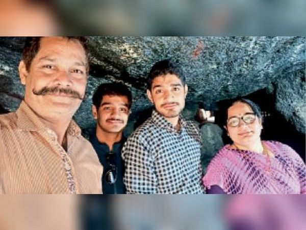 चैक की शर्ट में ऋषि राजसिंह पंवार छोटे भाई व माता-पिता के साथ। - Dainik Bhaskar