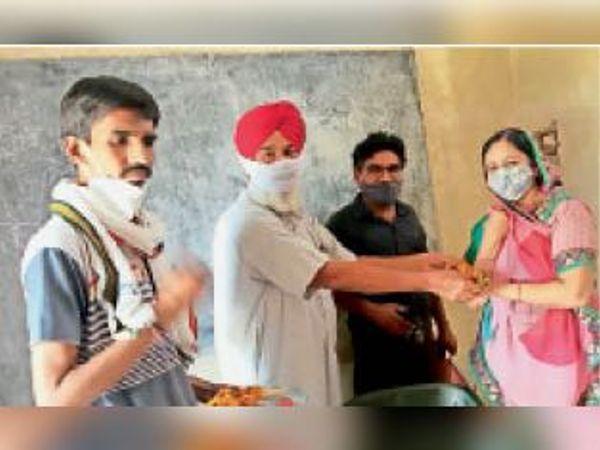 रक्तदान शिविर में रक्तदान करने वालों का पुष्प देकर सम्मान किया गया। - Dainik Bhaskar