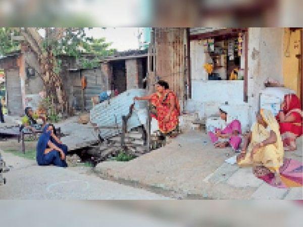 बुधबाड़ा गांव में घर के सामने बैठकर चर्चा करती हुईं गांव की महिलाएं। - Dainik Bhaskar