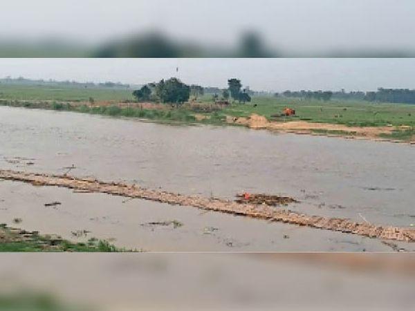 औराई के अतरार घाट पर नदी में बहा चचरी पुल। - Dainik Bhaskar