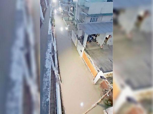पूरी तरह से पानी में डूबा चर्च रोड का लेन नंबर-6। - Dainik Bhaskar