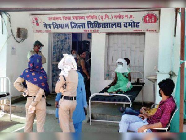 दमोह|307 के मामले में महिला आरोपी को जिला अस्पताल जांच कराने लाया गया तो जांच में उसे कोरोना निकला। कोविड वार्ड में भर्ती। - Dainik Bhaskar