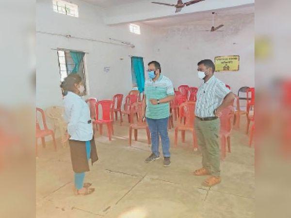 गुरुर ब्लॉक के स्वास्थ्य केंद्र का दौरा करने के लिए पहुंचे सीएमएचओ डॉ. जेपी मेश्राम ने कर्मचारियों से जानकारी ली। - Dainik Bhaskar