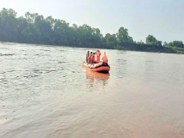 खरकई नदी में बच्चे को खोजती एनडीआरएफ की टीम। - Dainik Bhaskar