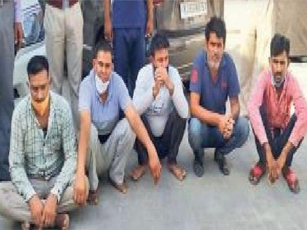 जयपुर ग्रामीण जिले में अवैध बजरी परिवहन और अवैध वसूली में पकड़े गए पांच युवक। इनके खिलाफ फागी थाने में केस दर्ज हुआ है। - Dainik Bhaskar