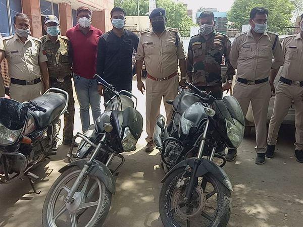 चोरों से बरामद मोटरसाइकिलें - Dainik Bhaskar