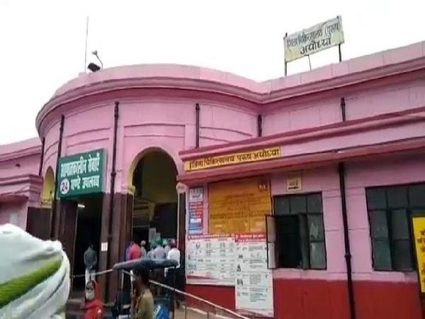 अयोध्या के जिला पुरुष अस्पताल में बने ब्लड बैंक के बाहर लोग अपने मरीजों के लिए ब्लड लेने के पहुंच रहे हैं। - Dainik Bhaskar