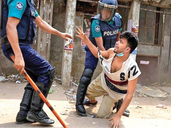 ढाका में कट्टरपंथी संगठन के प्रदर्शनकारी को नियंत्रित करते सुरक्षाकर्मी। - Dainik Bhaskar