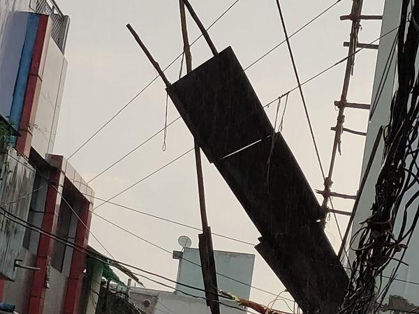 घर का छज्जा 11 केवी लाइन पर आ गिरा।