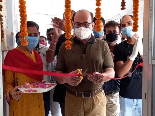 अस्पताल में मशीन का उद्घाटन करते सिविल सर्जन। - Dainik Bhaskar