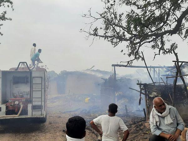 मकान की आग बुझाने आई दमकल गाड़ी। - Dainik Bhaskar