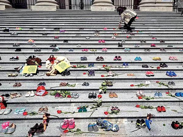 वैंकूवर आर्ट गैलरी की सीढ़ियों पर इन 215 बच्चों की याद में 215 जोड़ी जूते रखकर उन्हें श्रद्धांजलि दी गई। - Dainik Bhaskar