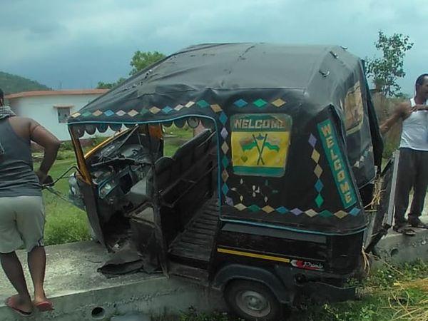 औरंगाबाद में दुर्घटनाग्रस्त टेम्पो। - Dainik Bhaskar