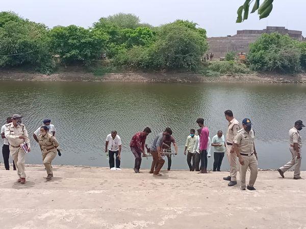 आबना नदी से निकालते युवक का शव - Dainik Bhaskar
