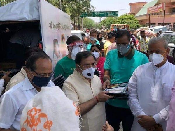 जयपुर में 'वसुंधरा जन रसोई' के संचालन में मदद करते पूर्व मंत्री व पूर्व भाजपा प्रदेशाध्यक्ष अरुण चतुर्वेदी और अन्य नेता।