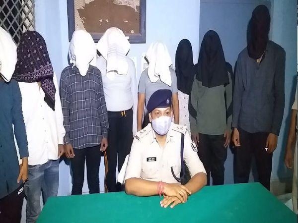 पुलिस के साथ गिरफ्तार 9 बदमाश। - Dainik Bhaskar