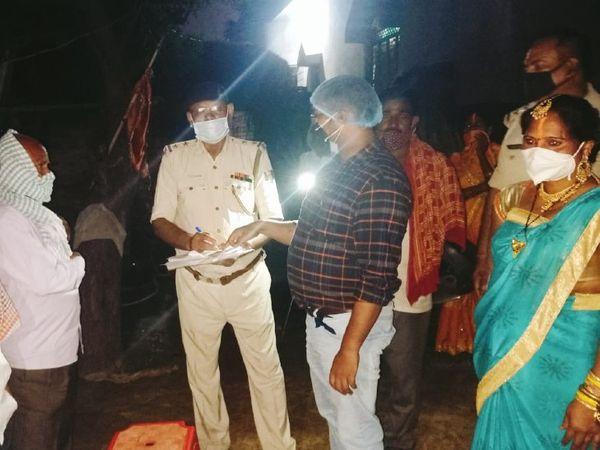 बारात निकलने से पहले परिजनों को समझाती पुलिस। - Dainik Bhaskar