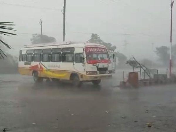 खंडवा शहर में दोपहर के समय हुई बारिश। फोटो - नितिन झवर - Dainik Bhaskar