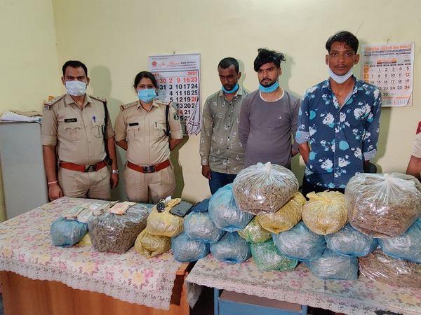 जब युवकों के पास से मिले गांजे को पुलिस थाने लेकर आई तो कुछ इस तरह की स्थिति थी। - Dainik Bhaskar