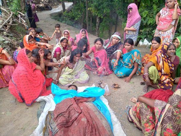 तेघड़ा में दोनों बच्चों की मौत के बाद रोते-बिलखते परिजन। - Dainik Bhaskar