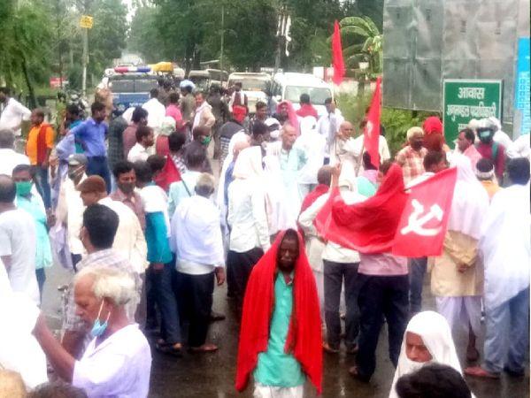 लोगों ने झंडा बैनर के साथ ओवरब्रिज के पास समस्तीपुर-पटना मार्ग को जाम कर दिया। - Dainik Bhaskar