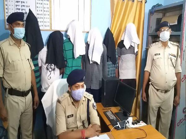 गिरफ्तार अपराधियों के साथ पुलिस। - Dainik Bhaskar
