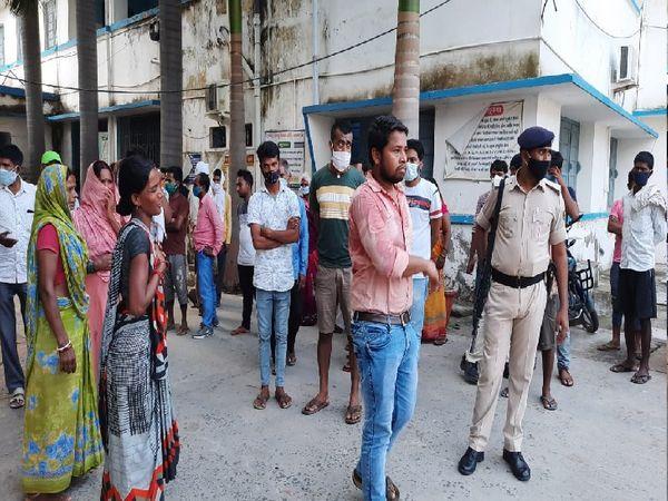 अस्पताल के बाहर लगी लोगों की भीड़। - Dainik Bhaskar