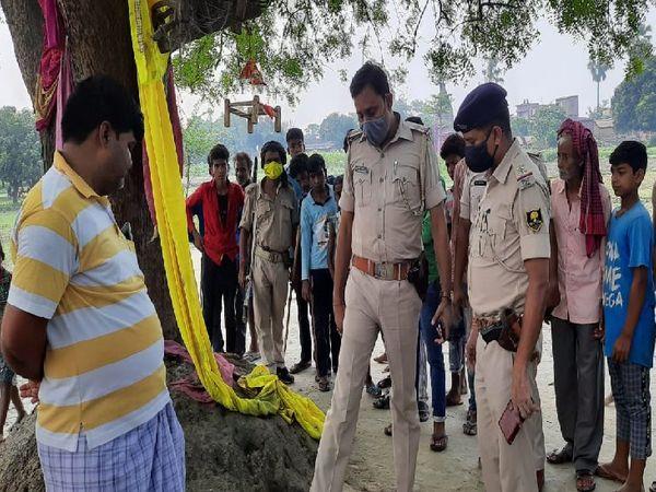 घटनास्थल पर पहुंची पुलिस। - Dainik Bhaskar