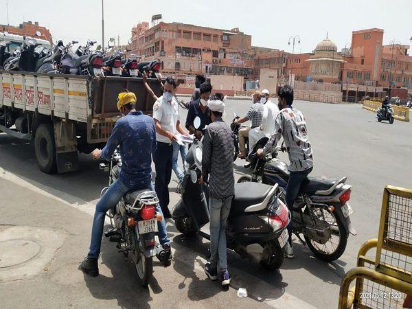 जयपुर में लॉकडाउन के दौरान कार्रवाई करती पुलिस। - Dainik Bhaskar