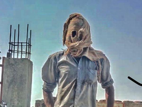 आवां। कोरोना के डर से पूरा चेहरा ढके एक व्यक्ति। - Dainik Bhaskar