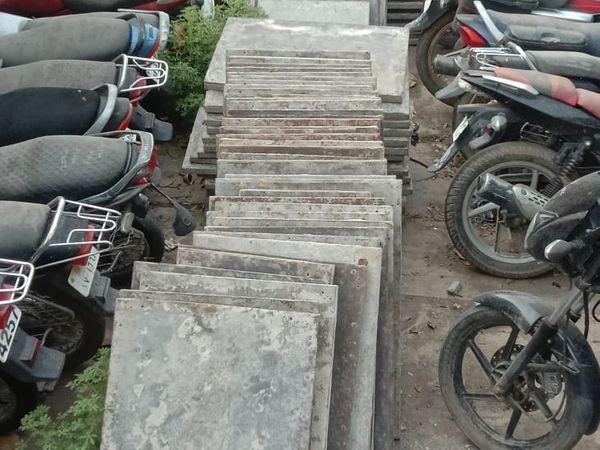 आरोपियों की निशानदेही पर पुलिस ने चोरी की 200 प्लेटें बरामद की है।