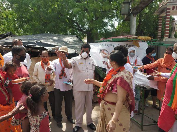 वसुंधरा जन रसोई में भोजन के पैकेट वितरित करते नेता। - Dainik Bhaskar