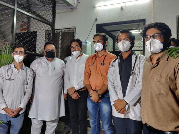 चिकित्सा मंत्री डॉ. रघु शर्मा के साथ 7 सूत्री मांगों पर सहमति बनने के बाद गत 21 मई को इंटर्न और रेजीडेंट ने आंदोलन टाल दिया था। अब तक आदेश जारी नहीं होने पर कार्य बहिष्कार की चेतावनी दी है। - Dainik Bhaskar