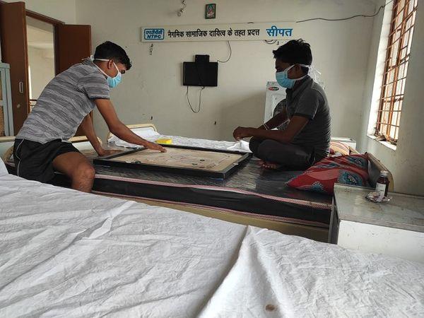 तस्वीर जांजगीर के कोविड सेंटर की है। यहां भर्ती मरीजों के मनोरंजन के लिए कलेक्टर यशवंत कुमार ने इंडोर गेम्स का बंदोबस्त करवाया है। - Dainik Bhaskar