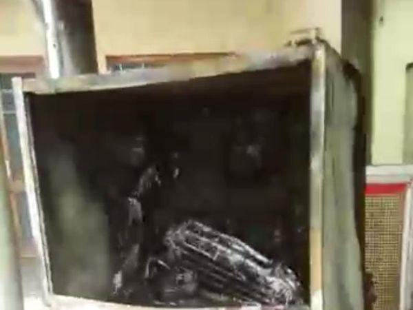 रसोई में रखा फ्रीज भी जलकर खाक हो गया। - Dainik Bhaskar